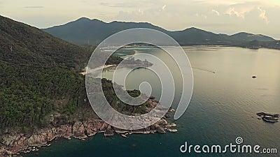 Aervy över Phangans klippliga kust stock video