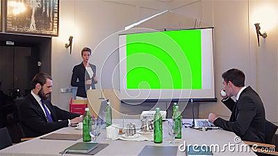 affär som gör presentationskvinnan stock video