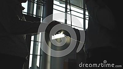 Affärshandskakning inomhus på kontoret med solsignalljuset på bakgrund Två affärsmän som hälsar sig Skaka av mannen stock video