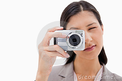 Affärskvinna genom att använda kameran