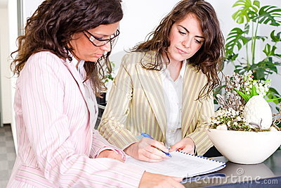 Affärskvinnor som fungerar tillsammans