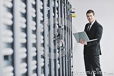 Affärsman med bärbar dator i lokal för nätverksserver