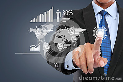 Affärsman som arbetar med den digitala faktiska skärmen