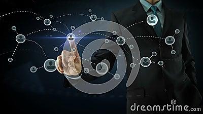 Affärsman som pekar på socialt nätverksmassmedia