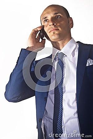 Affärsman som talar på ringa