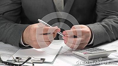 Affärsmannen tänker om vad för att skriva Honom funktionsduglig och beräknande finans begrepp f?r finansiell redovisning f?r aff? stock video