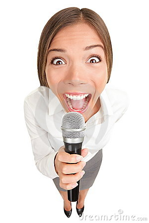 Affärsmikrofon som skriker den sjungande kvinnan