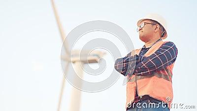 Affare di costruzione e giovani Un appaltatore in una maglia ed in un casco riflettenti si gira verso la macchina fotografica in stock footage