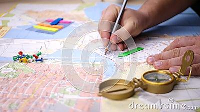 Affichage de l'emplacement ou de la destination de voyage sur la carte avec Compass banque de vidéos