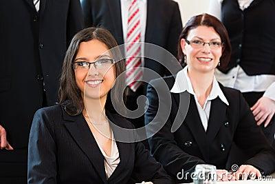 Affär - businesspeople har lagmöte i ett kontor