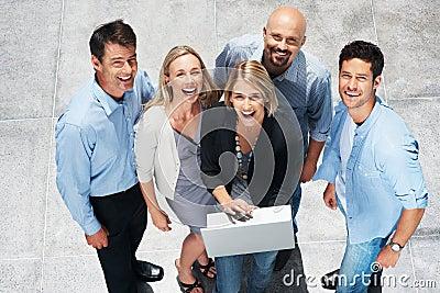 Affärsbärbar datorfolk som fungerar tillsammans