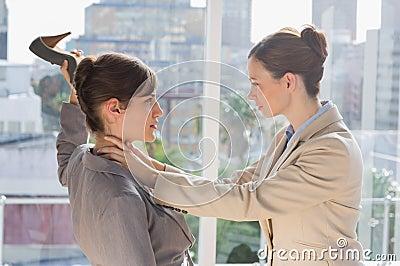Affärskvinnor som har ett våldsamt slagsmål