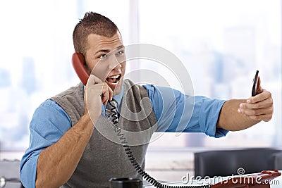 Affärsman som ropar på telefonen