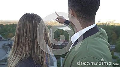 Afrikaanse Amerikaanse en Kaukasische meisje het bekijken cityscape stock footage