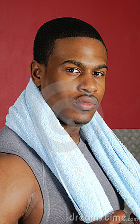 Afrikaanse Amerikaanse trainer met handdoek