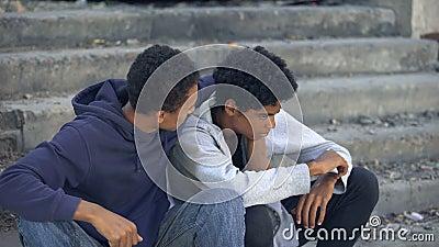 Afrikaanse mannelijke broers op straat, rennen van huis, familieprobleem, misbruik stock footage