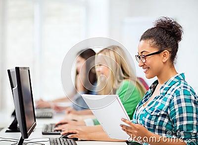 Afrikaanse student die met computer op school bestuderen