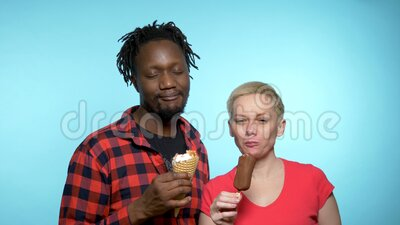 Afrikanischer Mann, kaukasische Frau, die Schokolade und Sahne isst stock video footage