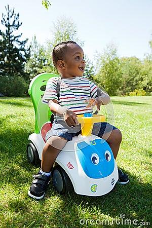 Afrikansk amerikan behandla som ett barn den gulliga pojken little som leker