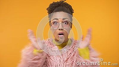 Afro-Amerikaanse vrouw in grappige roze die laag door interessant nieuws, roddel wordt verrast stock video