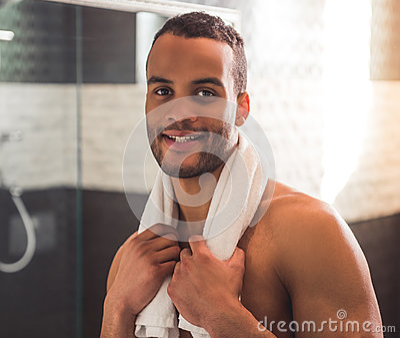 Afro- Amerikansk Man I Badrum Arkivfoto - Bild: 86581719