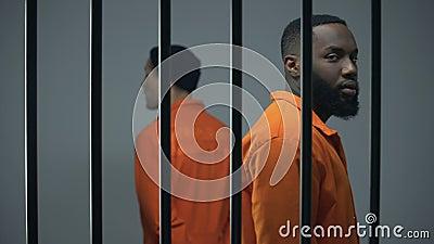 Afroamericano ansioso e prigionieri europei sul bordo del conflitto in cella video d archivio