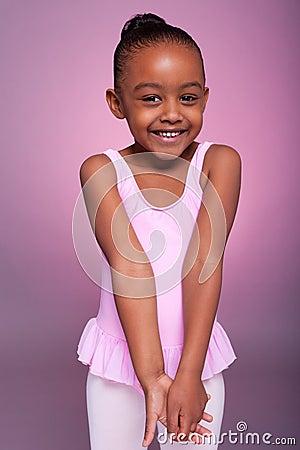 Afroamerikanermädchen, das ein Balletkostüm trägt
