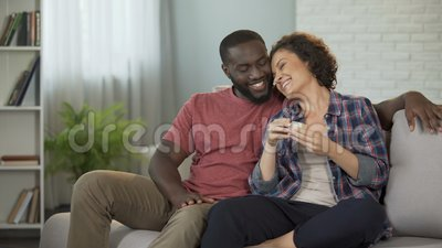 Afroamerikanermann, der seiner Freundin Überraschung gibt ihren Kasten mit Juwel macht stock video footage