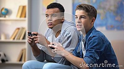 afroamerykańskie i Europejskie chłopiec szczęśliwe wygrywać gra wideo wolnego czasu aktywność zdjęcie wideo