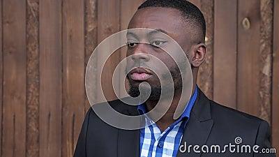 Afroer-amerikanisch Mann in der Klage dreht gead und das Lächeln stock footage