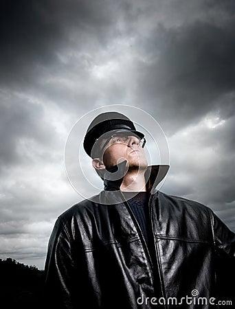 Agent de police sous les cieux orageux