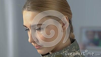 Agent femelle courageux dans le camouflage regardant la caméra, forces armées le travail, courage de guerre banque de vidéos