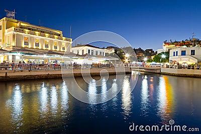 AgiosNikolaos stad på natten på Crete