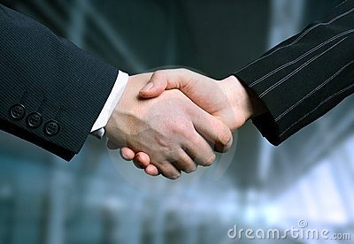 Agitação da mão do negócio e um offi