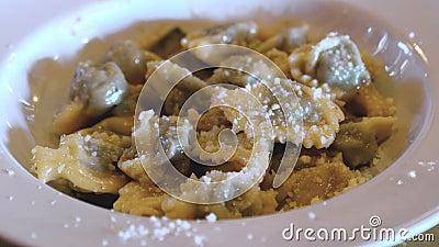 Agnolotti Anolini mit traditioneller italienischer Kücheveränderung des Parmesankäses von Ravioliteigwaren von Emilia Lombardy un stock video