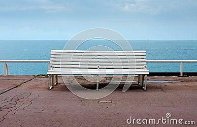 Agradável - banco vazio que negligencia o mar