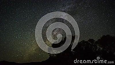 agrafe de pellicule cinématographique de 4k Timelapse des traînées mobiles d'étoile en ciel nocturne La galaxie de manière laiteu clips vidéos