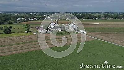 Agriculteur Seeding His Field d'Amish avec 6 chevaux banque de vidéos