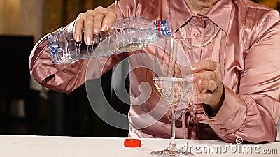 Agua de colada de la mujer mayor irreconocible Concepto sano de la vida lifestyle 4K almacen de video