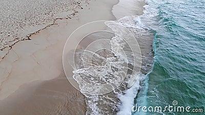 Agua dulce del océano en una playa de arena en el paraíso metrajes