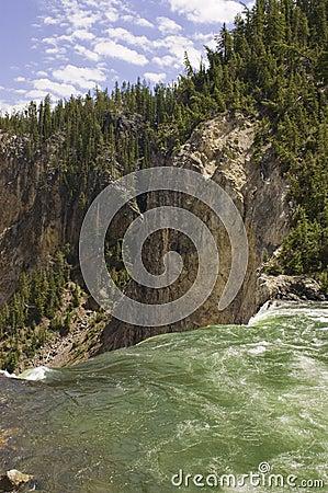 Agua que conecta en cascada durante las caídas