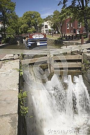 Agua que dice con excesiva efusión a través del canal Imagen editorial