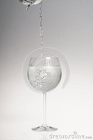 El agua vertió en el vidrio