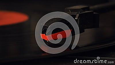 Aiguille de plaque tournante et plan rapproché de disque de vinyle au ralenti banque de vidéos