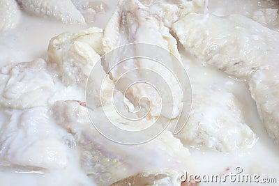 Ailes de poulet marinant