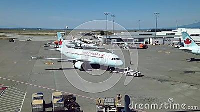 Air Canada samoloty przygotowywają lot przy YVR lotniskiem
