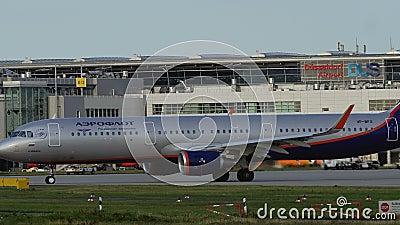 Airbus A321 von Aeroflot-Fluglinien, welche unten die Rollbahn rollen stock video