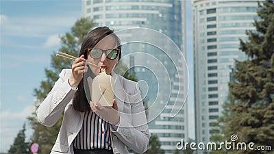 Aire libre de Eating Junk Food de la empresaria metrajes