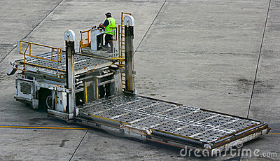 Airport baggage lifting truck
