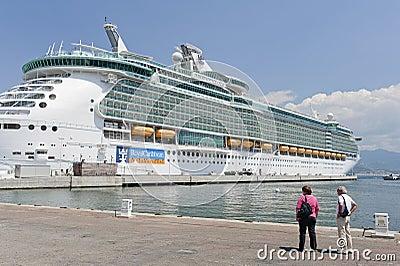 Aja巡航靠了码头独立海运船 编辑类库存图片